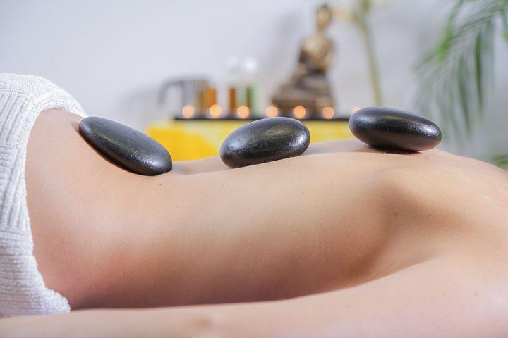 Massage aux pierres chaudes, un incontournable